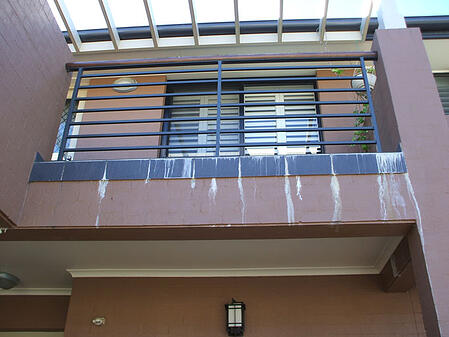 Who pays for damage caused by leaking balcony in IL?